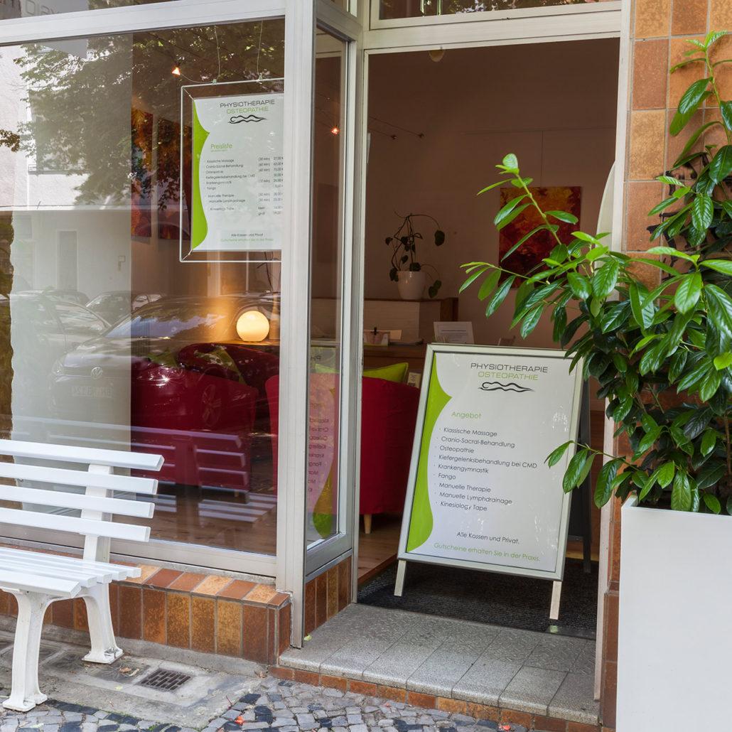 Eingang der Physiotherapie Angelique Musall in Berlin-Charlottenburg.